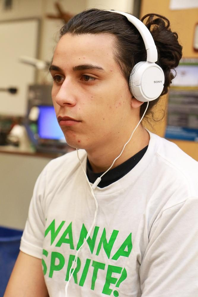 Senior+Drake+Day+wears+his+headphones+and+shirt+Sprite+gave+him+while+playing+%E2%80%9CSuper+Smash+Bros.%E2%80%9D