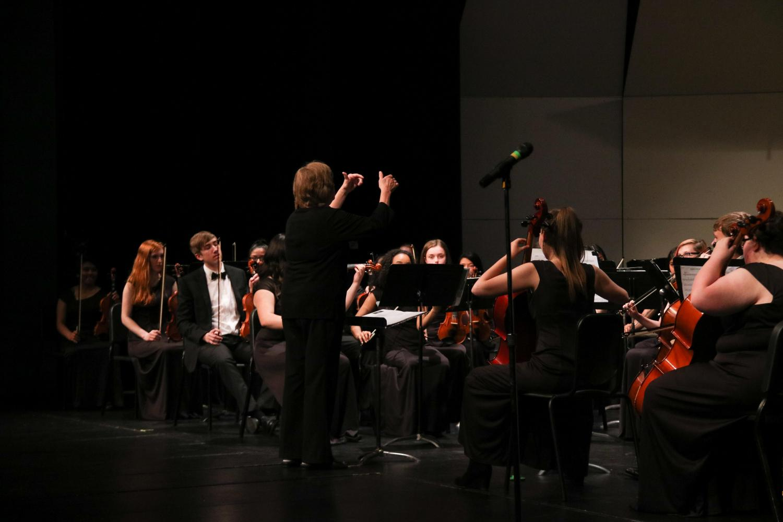 Jennifer Schillen conducts