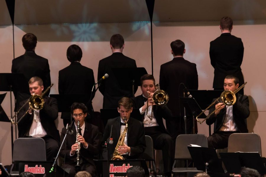 The rest of the band immediately focuses on the song after the joke of the trumpet players.