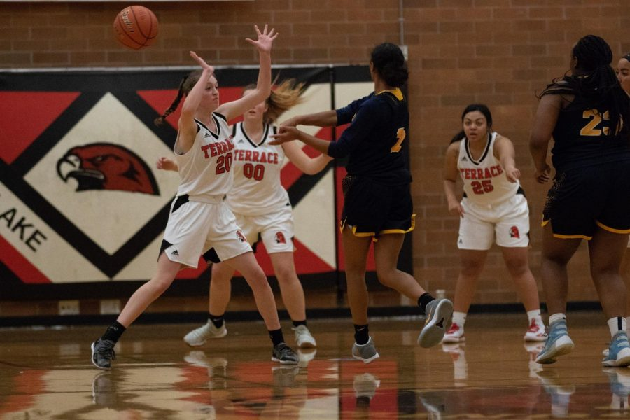 As Mariner make the pass on offense, sophomore Kaiya Beavin defends.